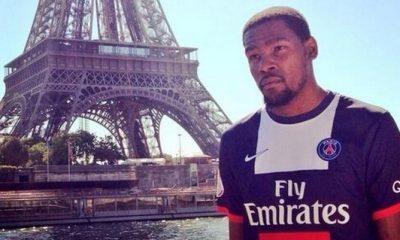 Kevin Durant pose avec le maillot du PSG