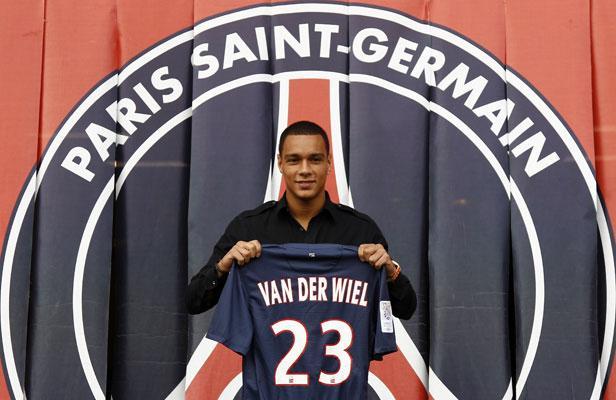 """Van Der Wiel et le PSG """"seraient proches d'un accord"""" selon Le Parisien"""