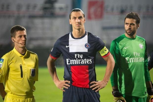 """L'""""Empereur"""" Ibrahimovic en perte de pouvoir a oublié les caméras"""