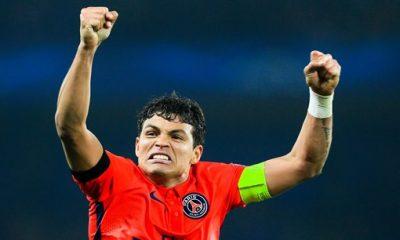 PSG - Avant l'entraînement, Thiago Silva s'essaye à la boxe Thaï