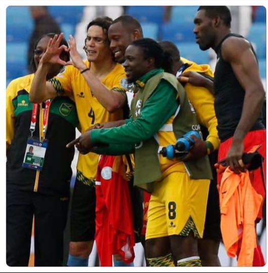 Internationaux - Edinson Cavani prend la pose avec les Jamaïcains après le match