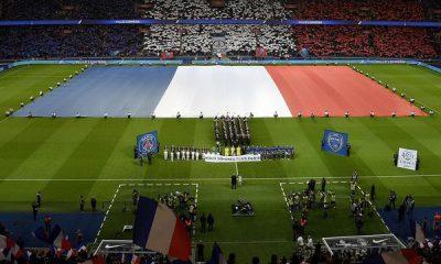 L'hommage aux victimes des attentats en avant match de PSG - Troyes vécu depuis le Parc des Princes
