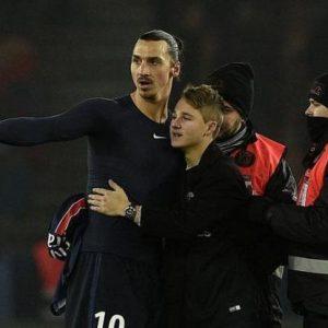 Ibrahimovic offre son maillot de match et un câlin à un enfant à l'issue de PSG-LYON (5-1)