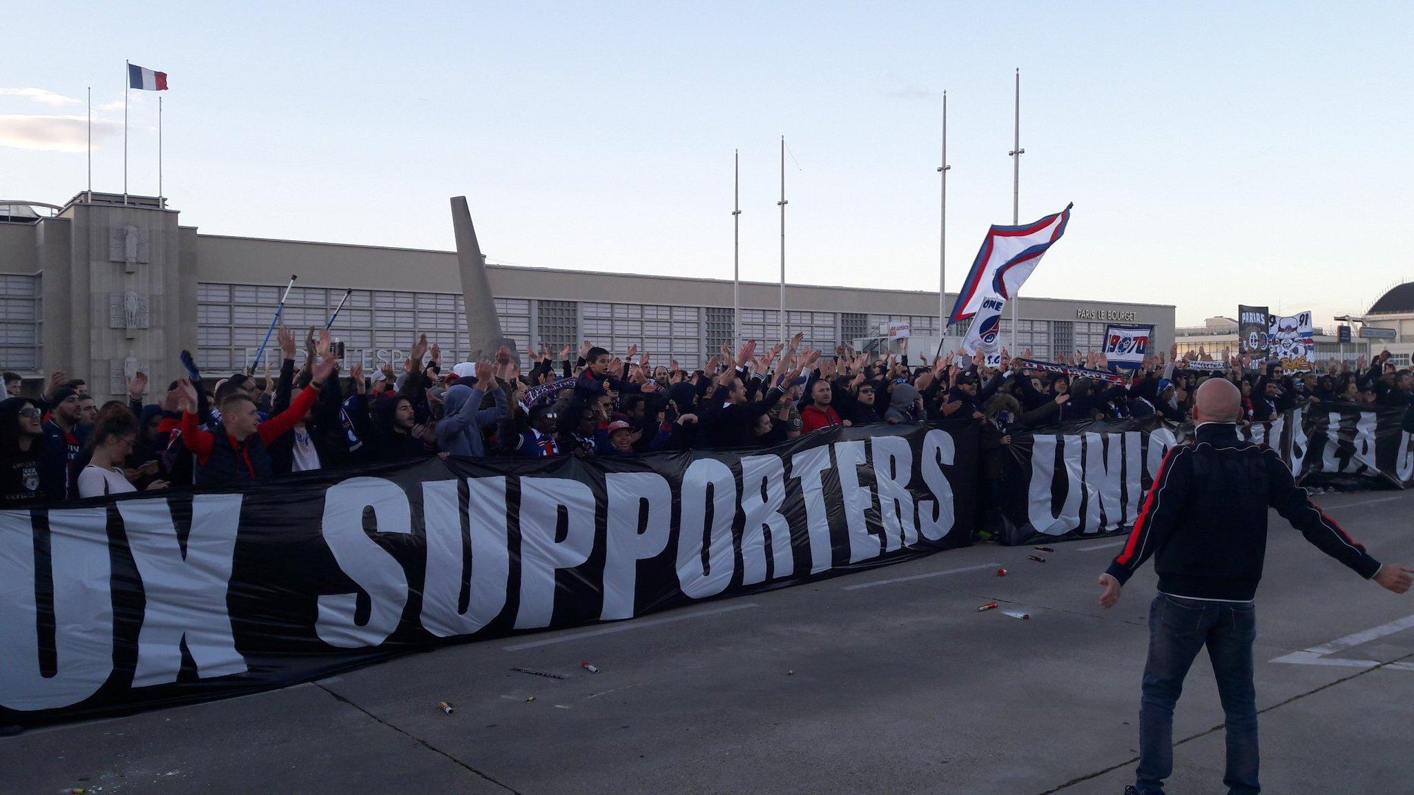 OM.PSG - 500 supporters du PSG ont encouragé les joueurs à leur départ ce samedi