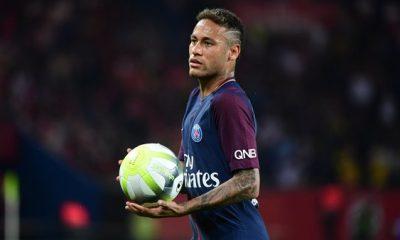 """France Football """"Neymar, verser des larmes en public a quelque chose de touchant, mais cela n'aide pas à gagner des trophées"""