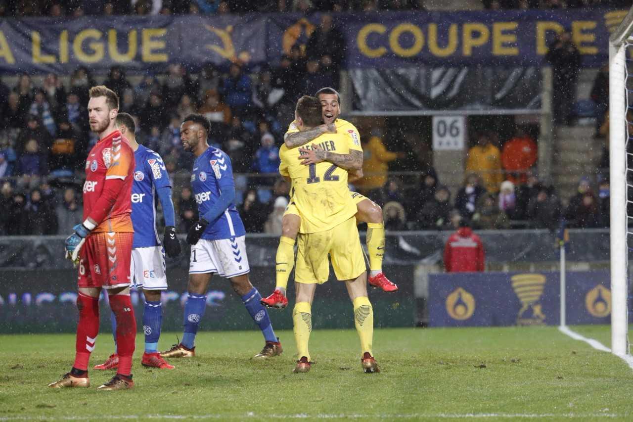 Ce soir avait lieu le 1/8ème de finale de coupe de la ligue entre Strasbourg et le PSG. Les Parisiens l'ont emporté 4-2 sans trembler au terme d'un match pas toujours palpitant, mais plutôt maîtrisé. Ce qui permet d'avoir une petite revanche après la victoire des Strasbourgeois en Ligue 1 le 2 décembre (2-1). Voici les notes des Parisiens : Trapp (4): Ce soir il avait l'occasion de montrer ses qualités. Il couvre mal sa cage sur les 2 seules occasions strasbourgeoises. Pour raviver la concurrence avec Areola, il faudra repasser. Meunier (7): Très en jambes, il a été très solide défensivement, très actif offensivement et a même participé à de très jolis mouvements. Une merveille de passe pour Alves sur le 3ème but. Marquinhos (6): Capitaine ce soir, il a été globalement solide, même s'il se fait prendre au dépourvu comme toute la défense sur le deuxième but alsacien. Il s'affirme de plus en plus comme un patron de la défense parisienne. Kimpembe (6): A l'instar de son capitaine, il a été solide sauf sur le deuxième but strasbourgeois, survenu quand le match était déja plié. Presnel s'est même offert quelques montées, sans succès. Il se montre de plus en plus proche du niveau de Thiago Silva... Alves(4): A force d'enchainer les matchs, en plus en jouant à un poste qui n'est pas le sien, son niveau de performance s'en ressent. S'il est à la conclusion du superbe mouvement qui amène le troisième but, il a livré un match assez quelconque, avec beaucoup d'imprécisions. Il est coupable sur les 2 buts strasbourgeois. Lo Celso(7.5): Aligné à un poste inédit de sentinelle, il a brillé tout au long de la rencontre. Bon à la récupération, très bon dans la relance, il a offert quelques ballons de haute volée, comme cette talonnade sur le premier but. Verratti (7,5): Le Hibou a été excellent à la récupération, et dans la transmission de balle. A noter tout de même une simulation assez grotesque pour tenter d'obtenir un penalty. Mais il est clairement sur le retour vers son meille
