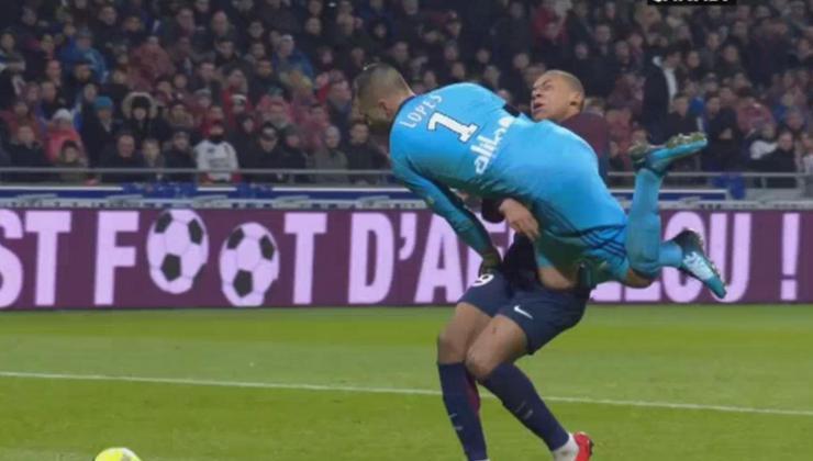 Anthony Lopes Mbappé était concentré sur le ballon...Moi, j'ai le temps de préparer mon geste et me protéger
