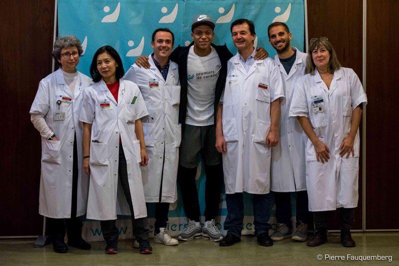 Kylian Mbappé a fait une visite surprise à l'hôpital Jean-Verdier à Bondy