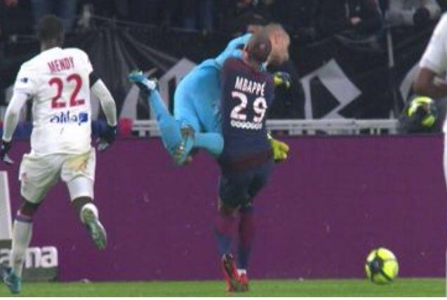 OLPSG - Aulas indique qu'Anthony Lopes était en danger dans le choc avec Mbappé