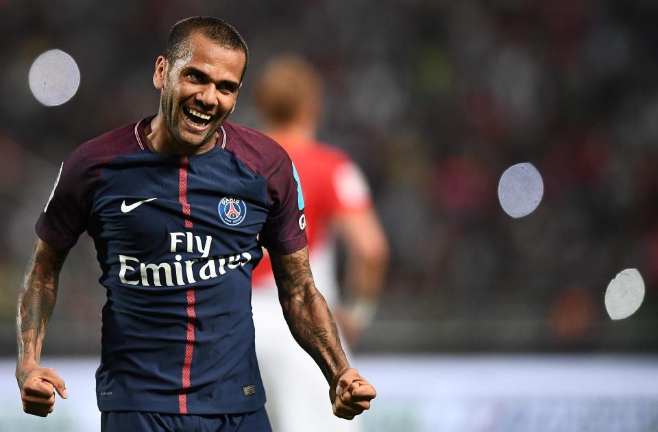 Dani Alves dément chercher à acheter un club de football au Portugal