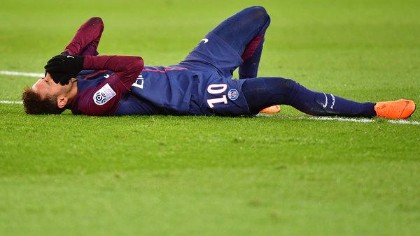 """Le médecin de la Seleçao annonce entre """"2 mois et demi et 3 mois"""" d'absence pour Neymar"""