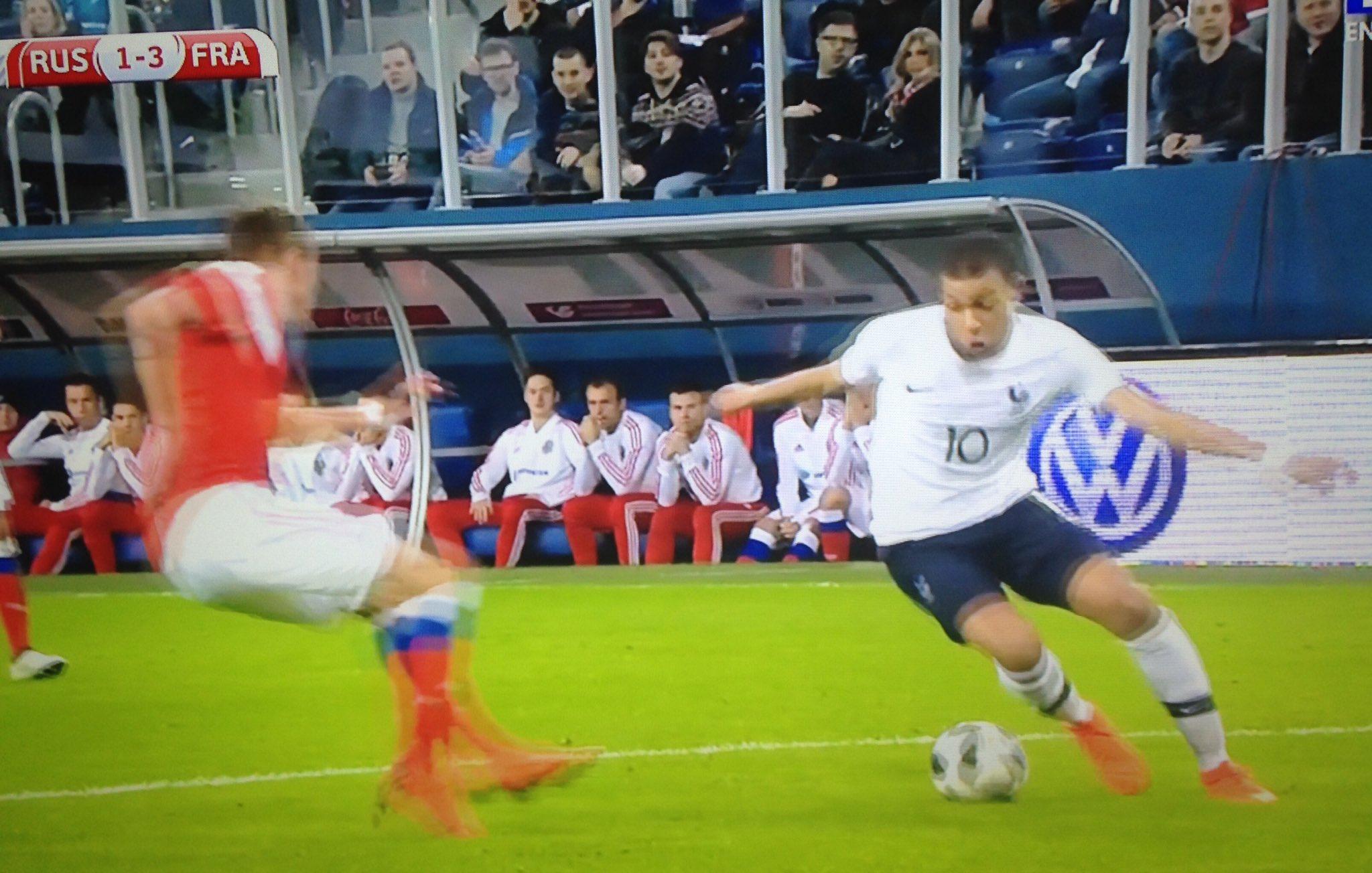 Kylian Mbappé inscrit un doublé contre la Russie et sort pour recevoir des soins