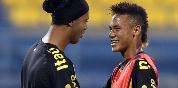 Ronaldinho Neymar est très bien. Il écrit l'histoire avec son nouveau club