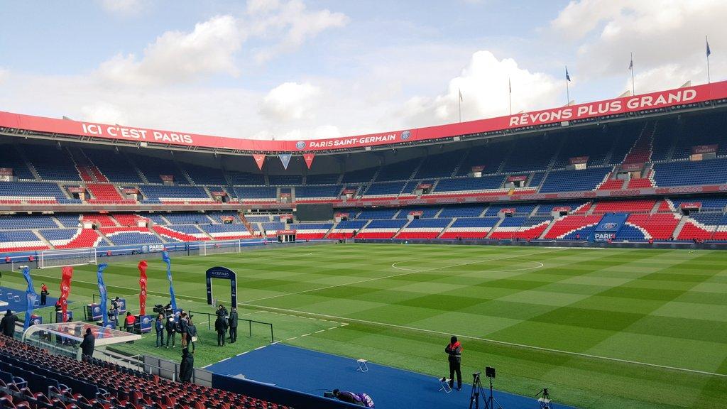 Le Paris Saint-Germain rénove son terrain du Parc des Princes