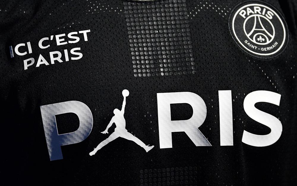 Michael Jordan avec une veste du PSG lors d'un match de basket