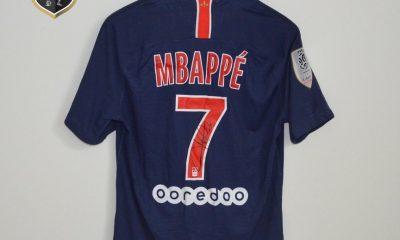 Mbappé offre un maillot dédicacé pour que l'association Les Petites Bosses puisse le mettre aux enchères
