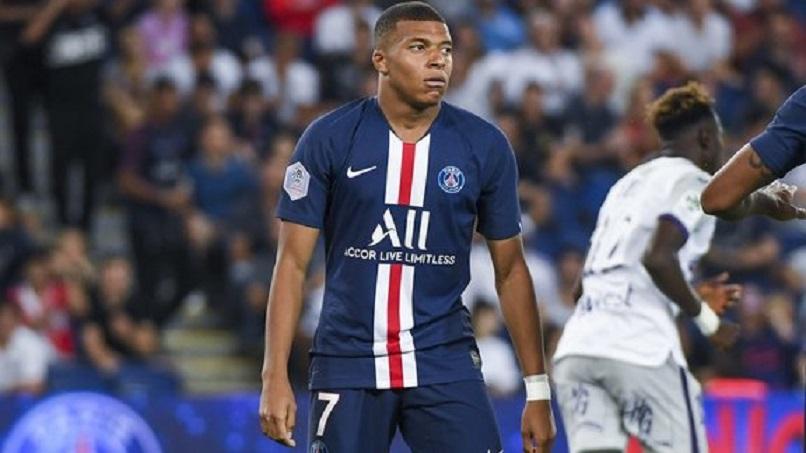 Un supporter a pris une amende de 1 500 euros pour être venu prendre un selfie avec Mbappé durant Toulouse/PSG