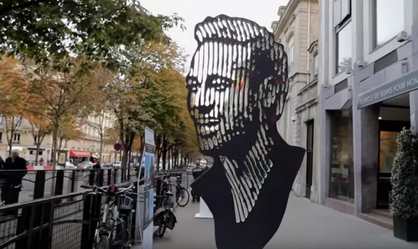 Une sculpture de Neymar est exposée sur l'avenue George V