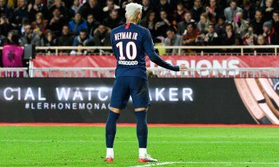 Neymar met un maillot dédicacé aux enchères pour aider une association face au coronavirus