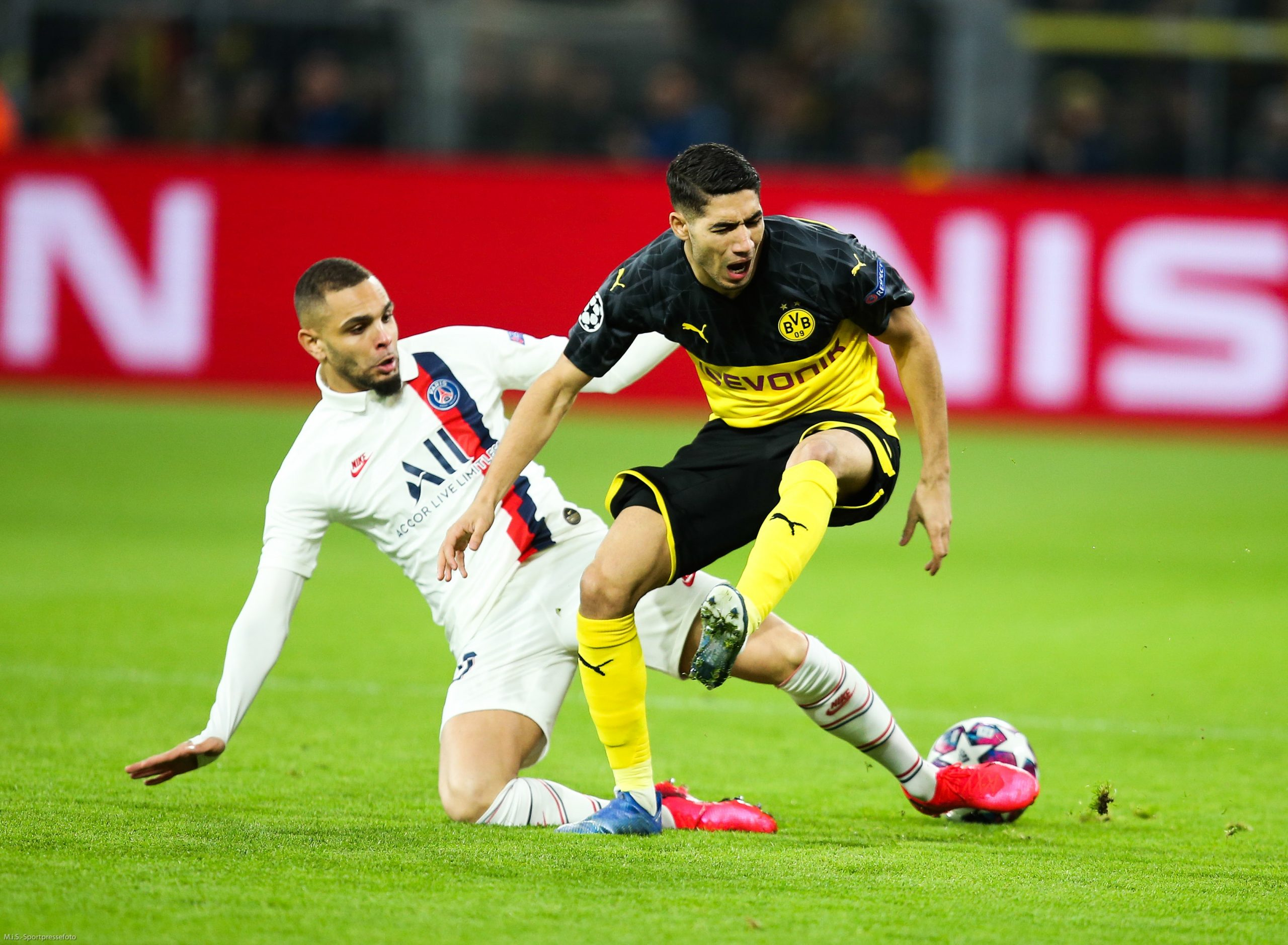 """Mercato - Le PSG a 4 cibles au poste d'arrière droit selon Foot Mercato et Hakimi est """"intéressé"""""""