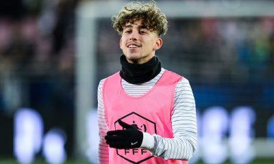 """Aouchiche """"hésite à signer son premier contrat pro au PSG"""", indique L'Equipe"""