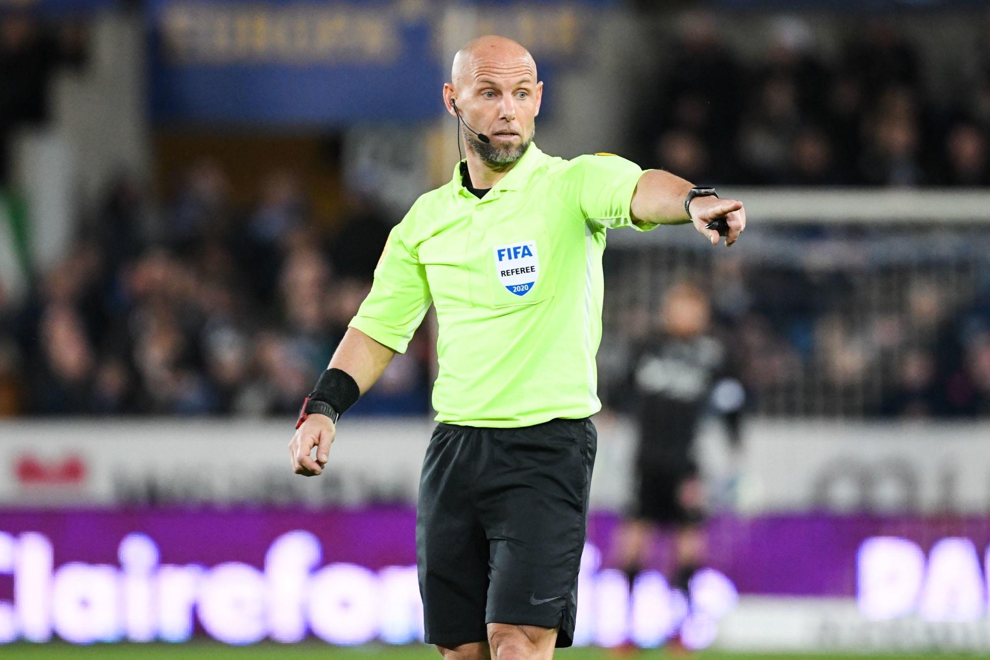 Troyes/PSG - Delerue arbitre du match, de peu de cartons et de penaltys