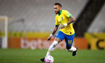 Neymar parle en français avec des coéquipiers en sélection