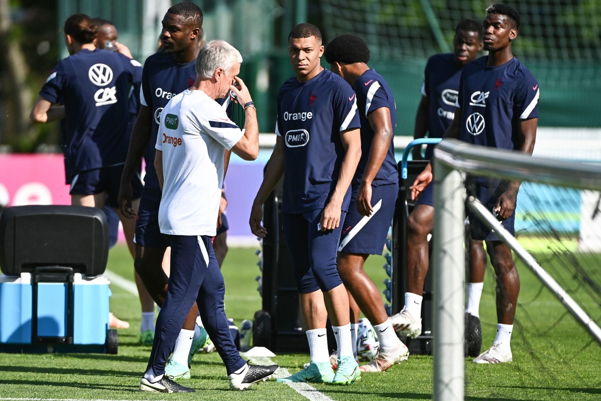 """Deschamps désamorce """"l'affaire"""" de la tension entre Mbappé et Giroud"""