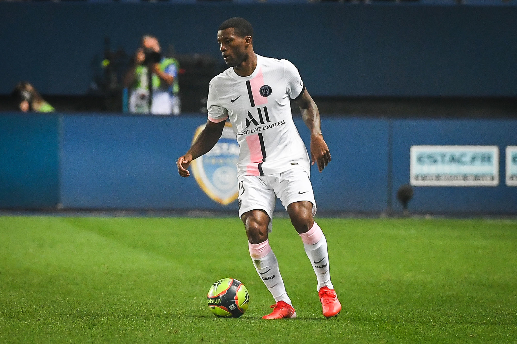 """Wijnaldum avoue qu'il n'est pas """"complètement heureux"""" au PSG"""