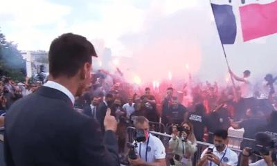 Revivez la rencontre de Messi avec les supporters du PSG devant le Parc des Princes